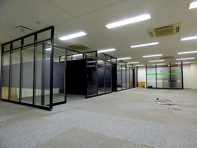 【居抜き】ガラスパーテーション造作付き!<br>会議室有居抜きオフィス_01