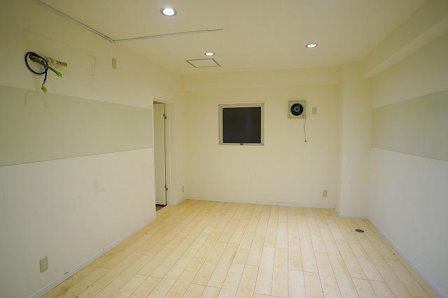 【居抜き】上野で正統派オフィスを<br>壁造作あり、2種類のタイルフローリング_02