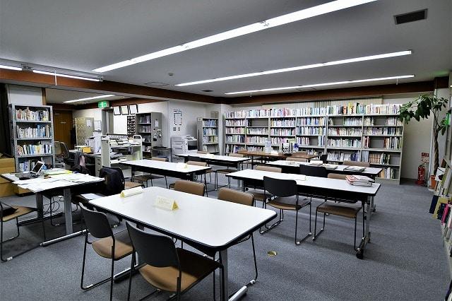 【居抜きオフィス】2駅9路線利用可能!<br>落ち着く雰囲気の図書館居抜き物件_02