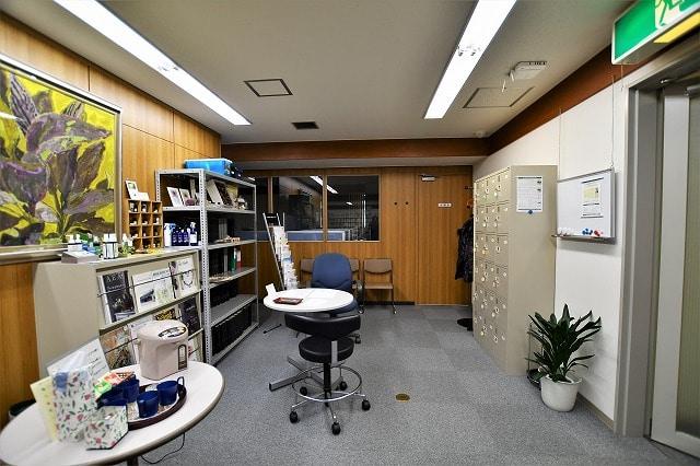 【居抜きオフィス】2駅9路線利用可能!<br>落ち着く雰囲気の図書館居抜き物件_03