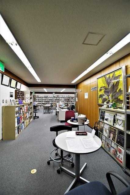 【居抜きオフィス】2駅9路線利用可能!<br>落ち着く雰囲気の図書館居抜き物件_01