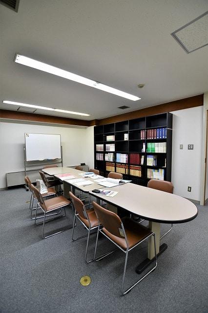 【居抜きオフィス】2駅9路線利用可能!<br>落ち着く雰囲気の図書館居抜き物件_06