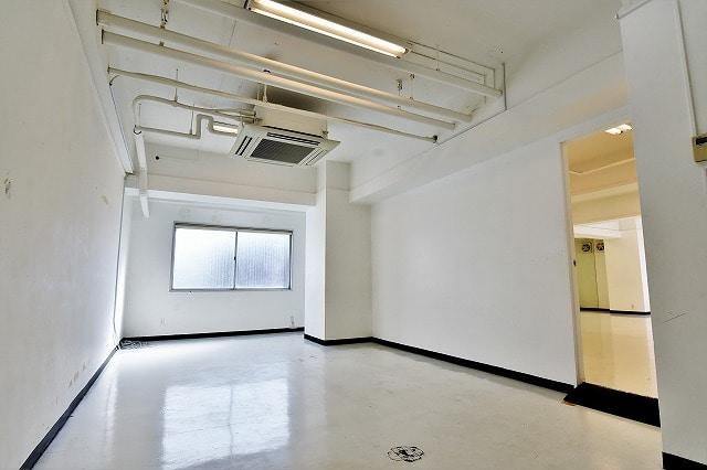 【デザイナーズ】<br>白を基調とした好立地のオフィス_05
