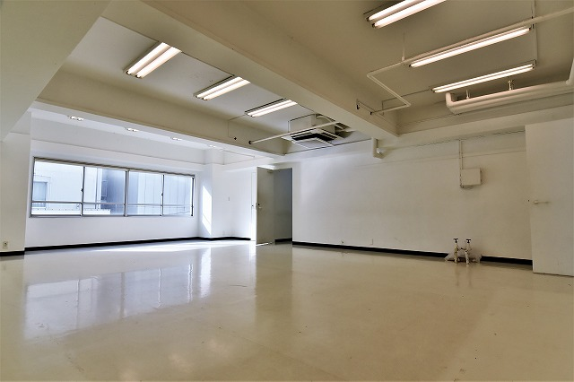 【デザイナーズオフィス】<br>白を基調とした好立地のオフィス