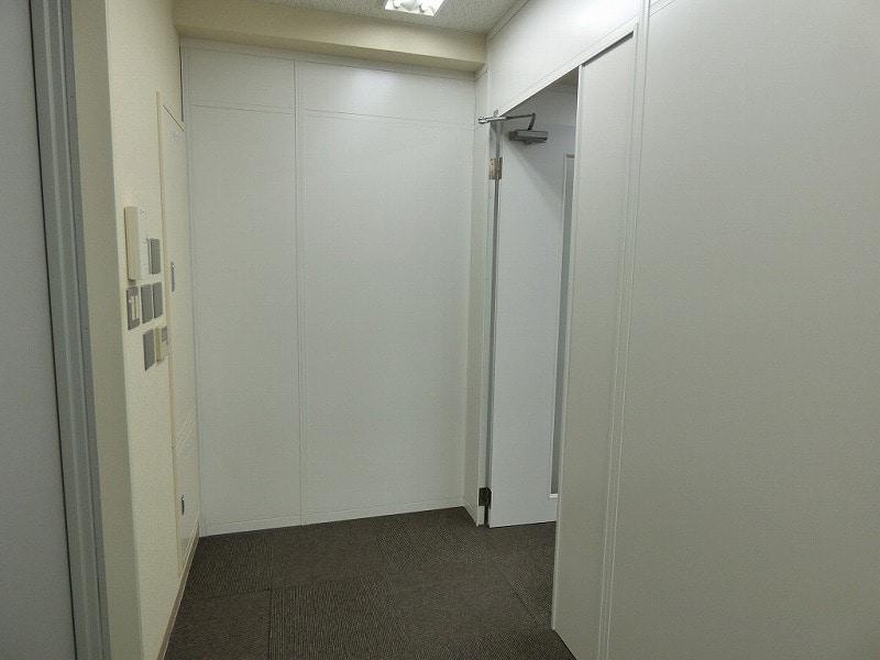 【居抜きオフィス】人気の大阪市北区エリア<br>白を基調としたパーテーション付きオフィス