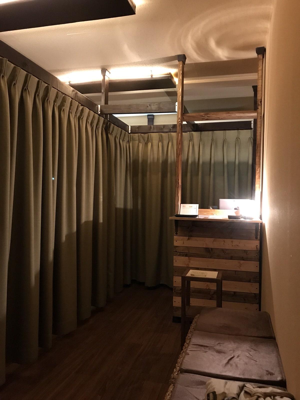 【居抜きオフィス】木目調の床、<br>土壁クロスのコンパクトオフィス