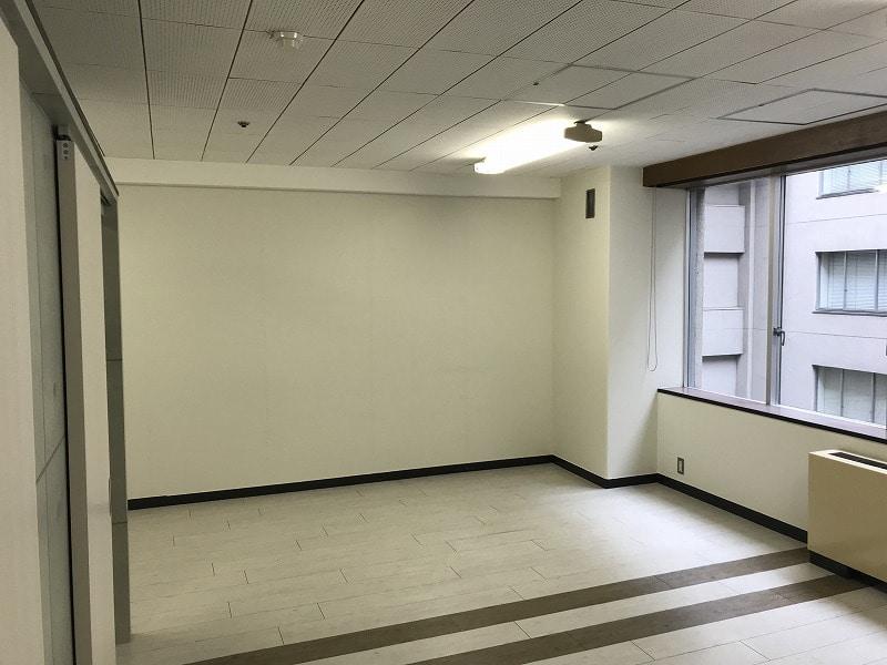 【居抜きオフィス】名古屋市中区錦エリア<br>コンクリート調のお洒落な間仕切り有り物件
