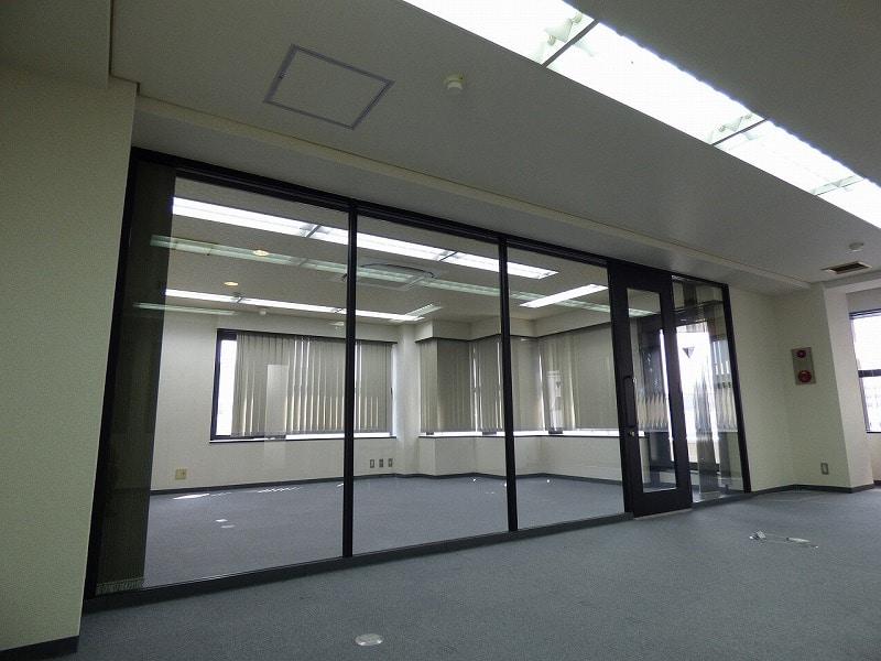 【居抜きオフィス】大阪阿波座エリア♪<br>最上階!パーテーションでシンプルに!