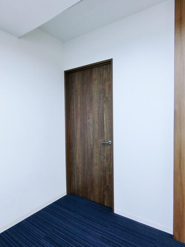 【居抜きオフィス】個室2箇所造作あり!<br>西新宿40坪 希少※トイレ共用部