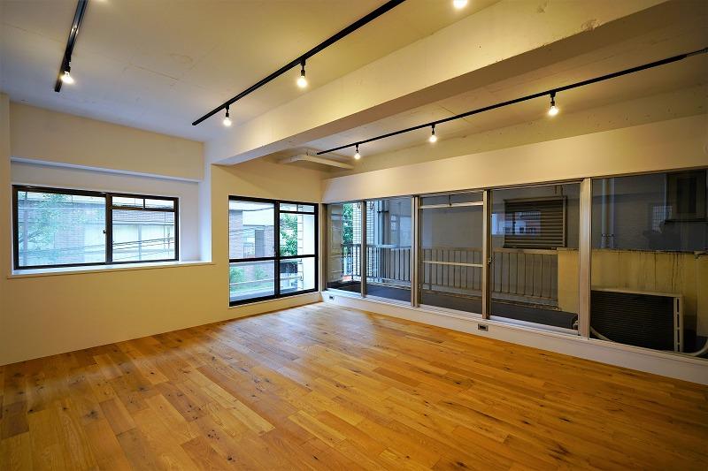 【リノベオフィス】麹町駅の掘り出し物件。<br>無垢材と照明のあたたかみを感じるオフィス