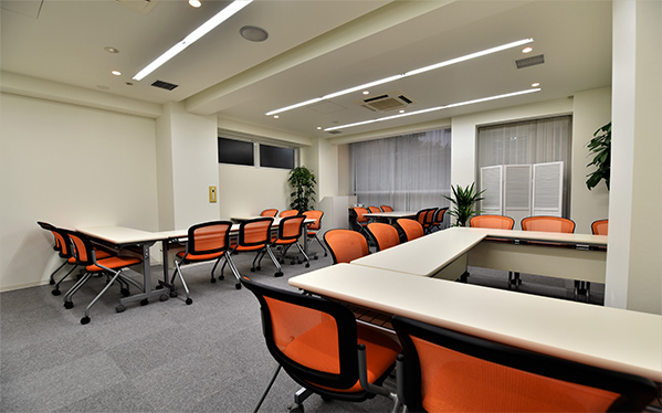 【居抜き】渋谷、宮益坂。16坪×2フロア<br>受付・応接室・10名用デスクと椅子付き