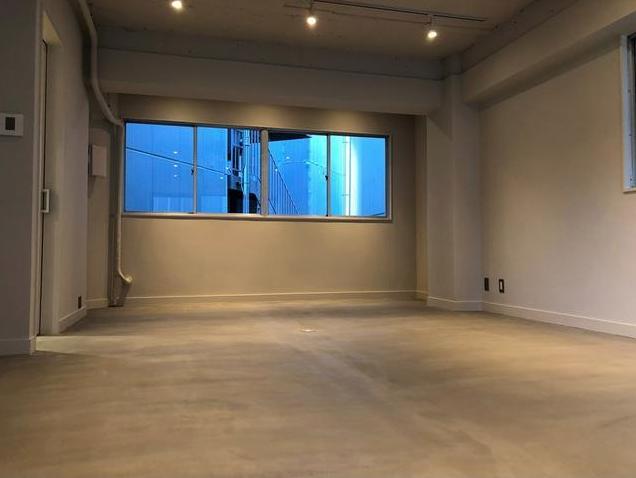 【デザイナーズ】赤坂見附のリノベオフィス<br>無駄のないミニマルデザインのスリーフロア