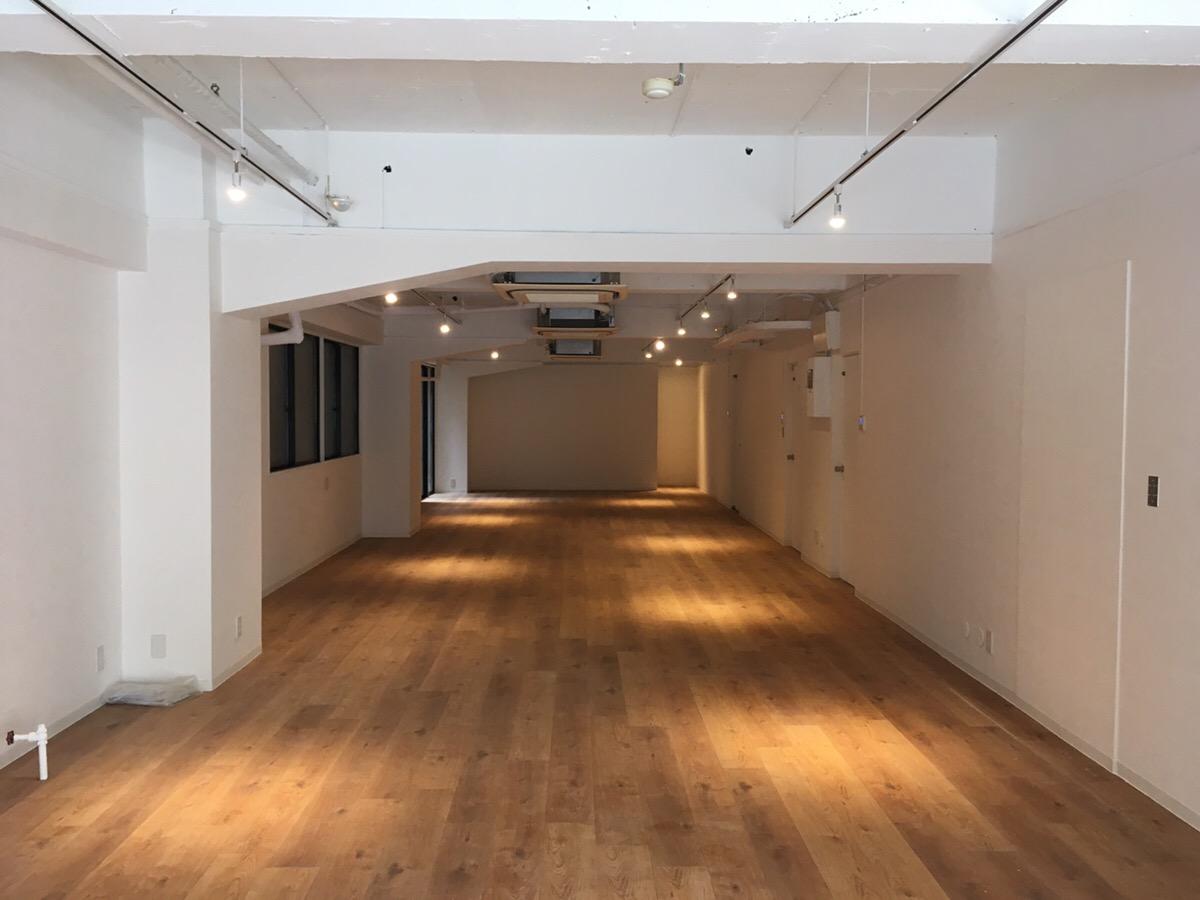 【デザイナーズ】新宿駅徒歩6分、約30坪。 前面ガラス貼り、専用ドア付き。店舗相談