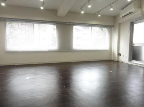 【デザイナーズ】代々木・北参道、10坪。<br>「白」好きに提案したいリノベオフィス