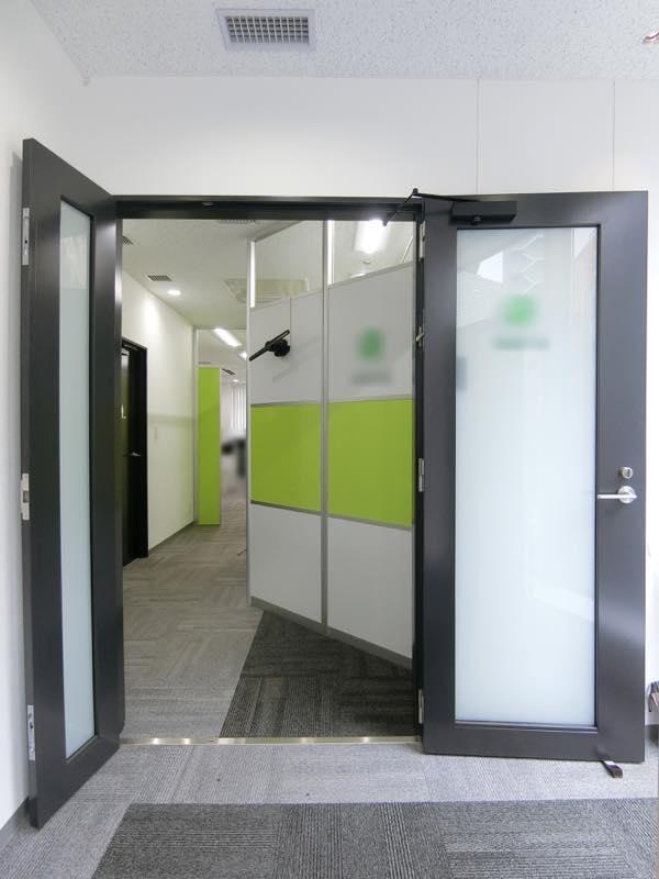 【居抜き】新橋の築浅ハイグレードビル<br>25坪、男女別トイレで小会議室×2の造作