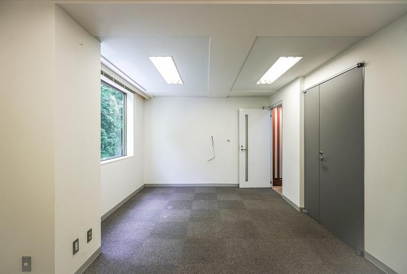 【居抜き】代々木、約40坪。<br>緑ゆたかな眺望と会議室×2の造作