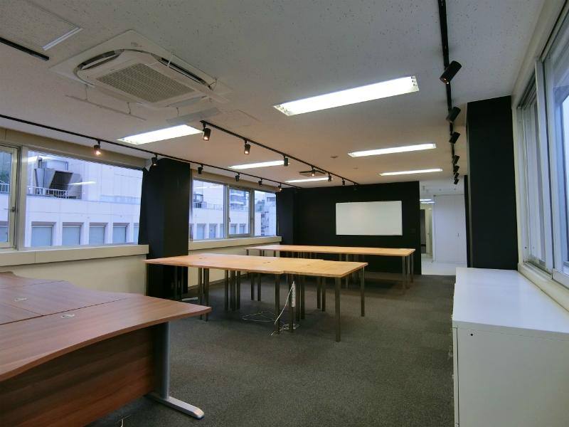 【居抜き】渋谷、約30坪。好立地。 シンプルなモノクロデザインの流線形