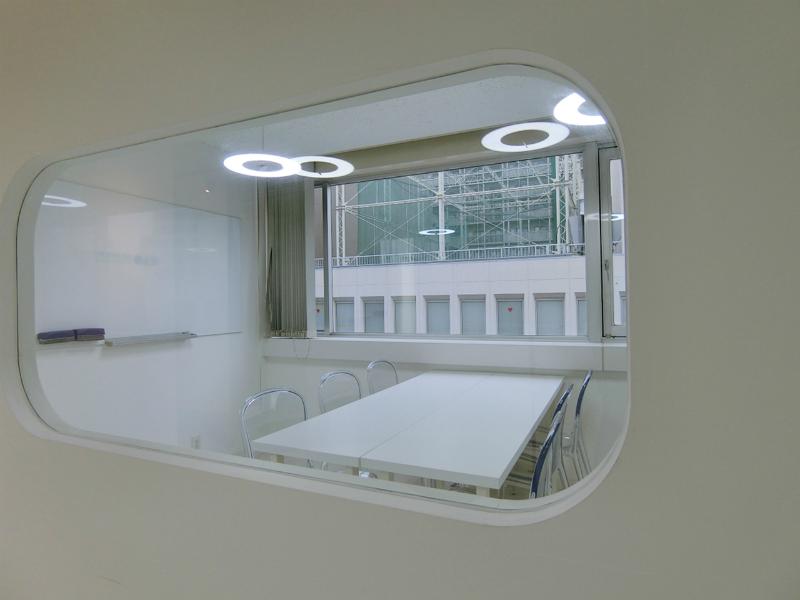 【居抜き】渋谷、約30坪。好立地。<br>シンプルなモノクロデザインの流線形