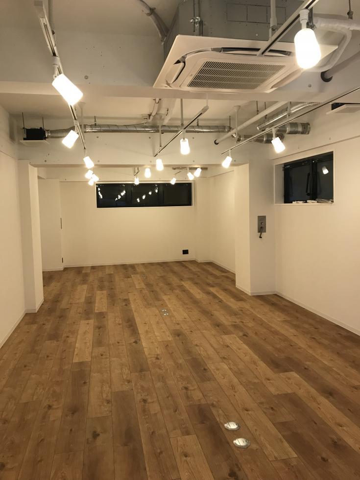 【デザイナーズ】市ヶ谷、約20坪。<br>フローリングがおしゃれな半地下オフィス