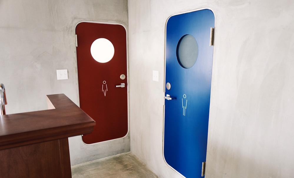 【居抜き】表参道、約30坪×2。<br>インダストリアルな共用部と空の貸室