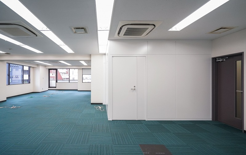 【居抜き】神保町、約70坪。大通り沿い。<br>執務室が複数に分かれた間取りのオフィス