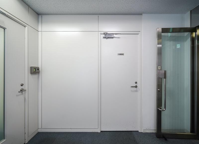【居抜き】五反田、200㎡超。大通り沿い。<br>会議室×3、アレンジが効くシンプルな内装