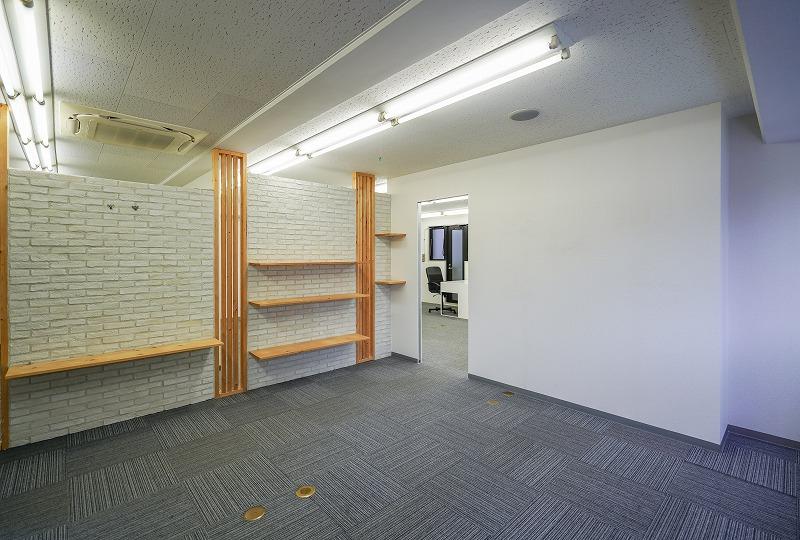 【居抜き】蔵前、約30坪。坪単価格安。<br>飾り棚付きのエントランスと会議室あり