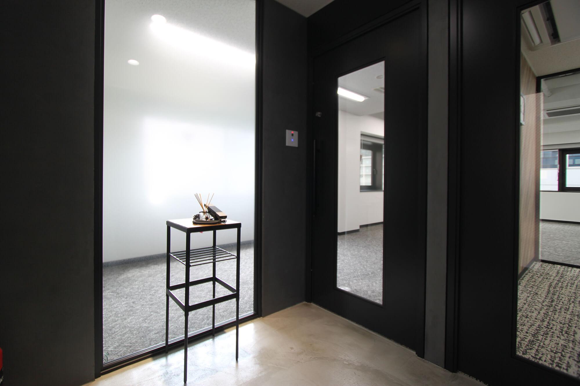 【内装付き】八丁堀、約20坪。駅近。<br>ガラスパーテの会議室がある10名用オフィス