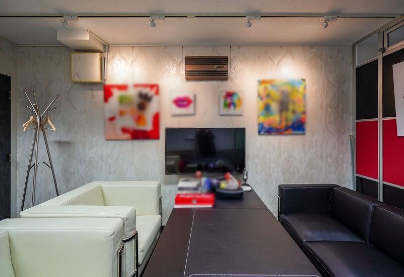【居抜き】六本木、約30坪。家具譲渡相談。<br>4名用の会議室と役員室の造作付きオフィス