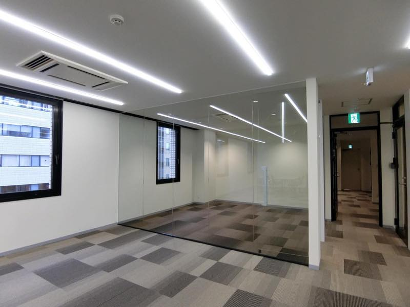 【内装付き】乃木坂、約80坪。駅近。<br>ガラスパーテーションの会議室×3付き