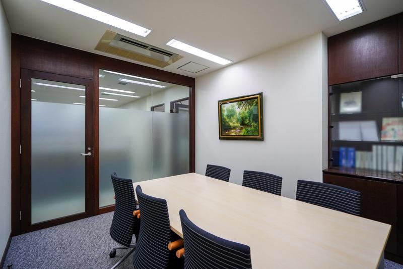 【居抜き】麹町駅、約60坪。会議室6つ<br>シックで落ち着いた居抜きオフィス