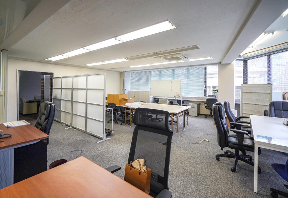 【居抜き】茅場町駅徒歩1分、約80坪。<br>会議室、社長室の造作付き<br>完全間仕切り会議室、駅近オフィス