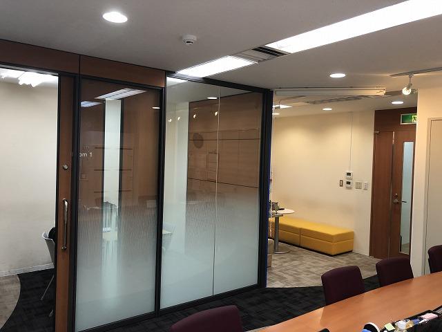 【居抜き】関内駅横浜エリア、約35坪。 会議室付き色彩の豊かな居抜きオフィス。
