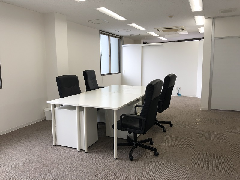 【居抜き】神田エリア、約20坪。<br>緑と白を基調とした会議室付き居抜きオフィス
