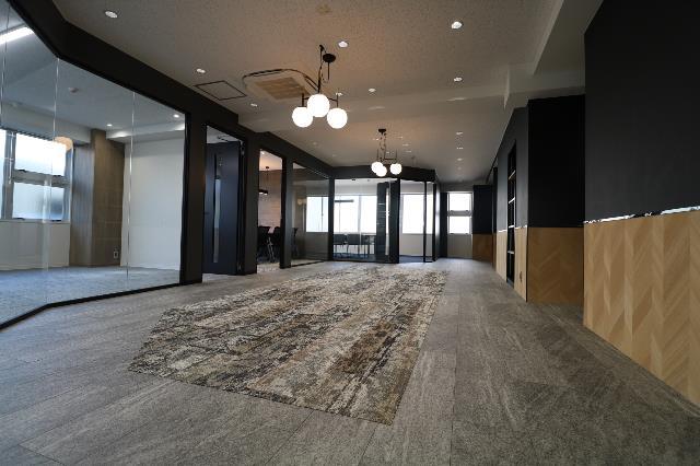 【セットアップ】台東区 70~90坪 広々バルコニーの会議室オフィス