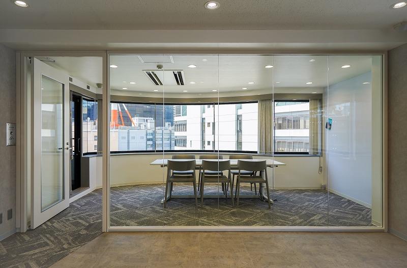 【セットアップ】神田、約40坪。 会議室付きのシックで美しい内装