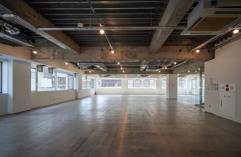 【デザイナーズ】天井高3.3m 床スケルトンの内装自由度の高いオフィス