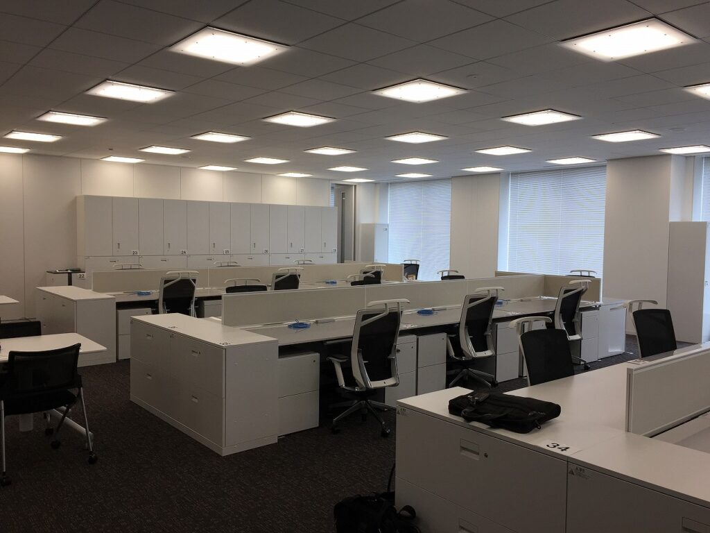 【居抜き】神田エリア、会議室4つとリフレッシュルーム付きの居抜きオフィス