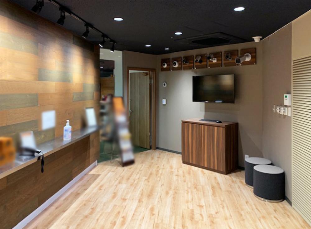 【居抜き】西新宿エリア、木目を基調とした使い勝手の良いオフィス