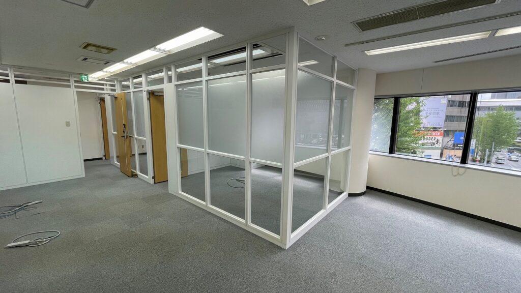 【居抜き】港区エリア ホワイトでまとめられた会議室付きオフィス